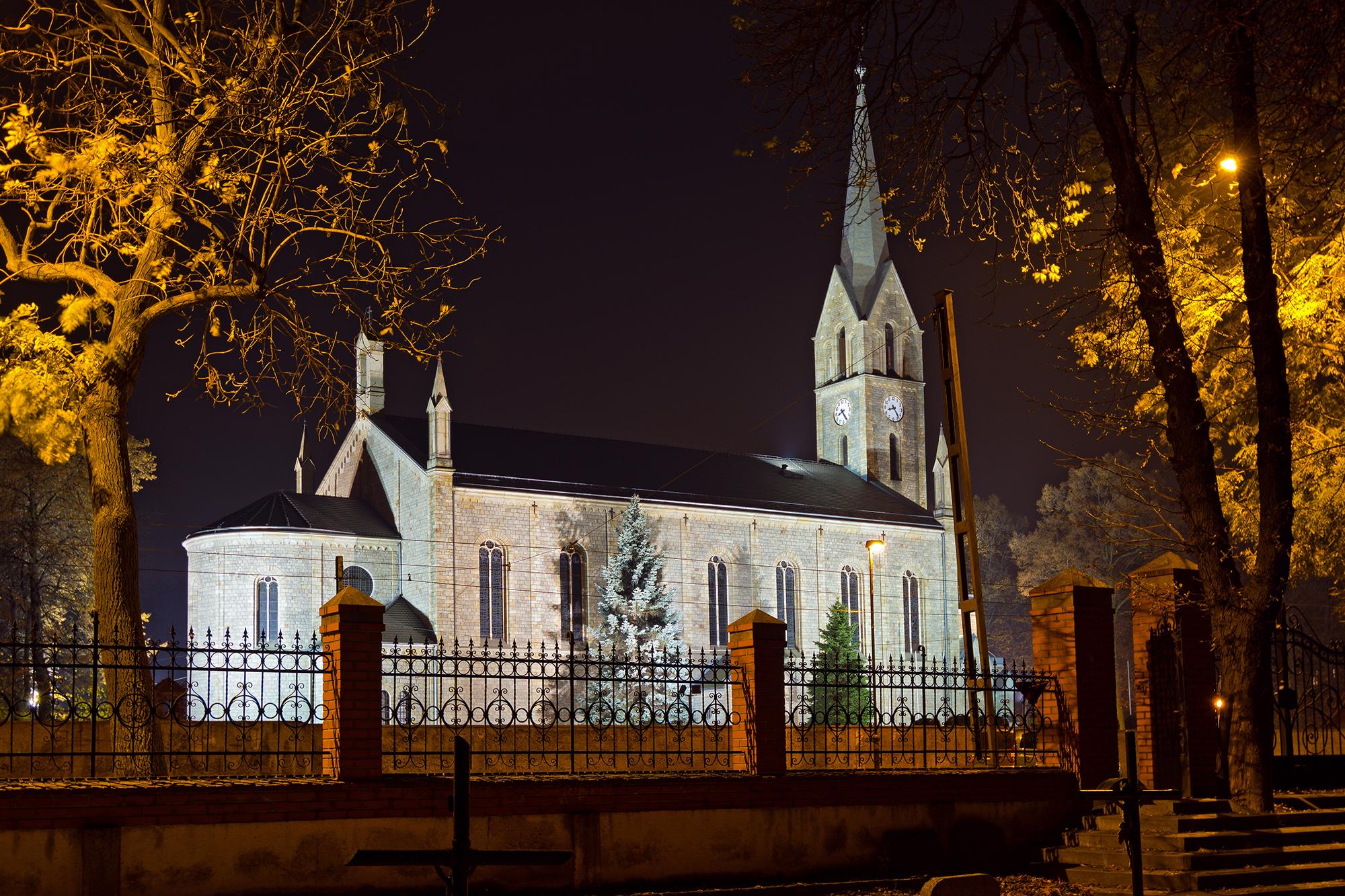 Widok kościoła z cmentarza - listopad 2016